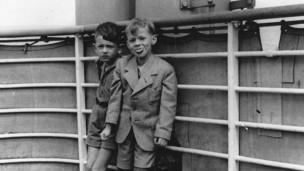 Gerald Granston (derecha) en la cubierta del St Louis.