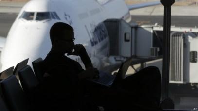 Passageiro em aeroporto (Foto AP)