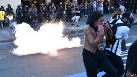 Polícia reprime protesto no Rio | Crédito: AFP