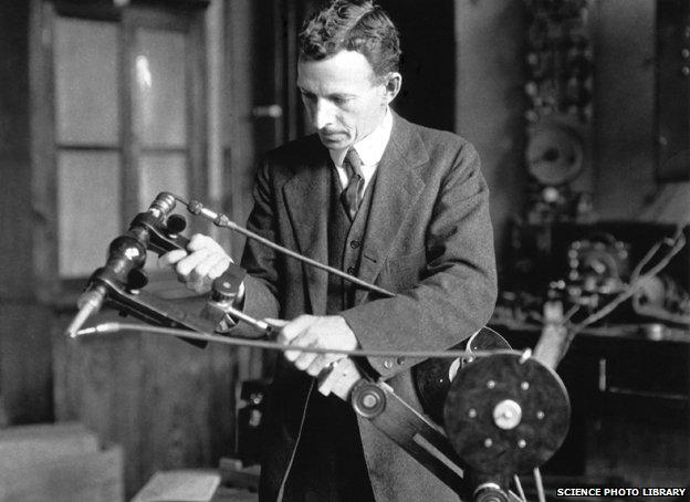 William David Coolidge con uno de los primeros tubos de rayos X portátiles.