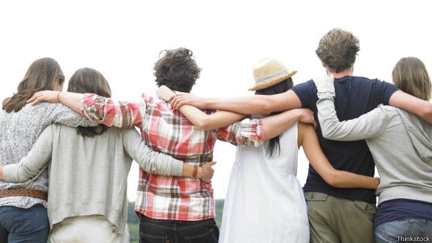 Grupo de amigos de espalda