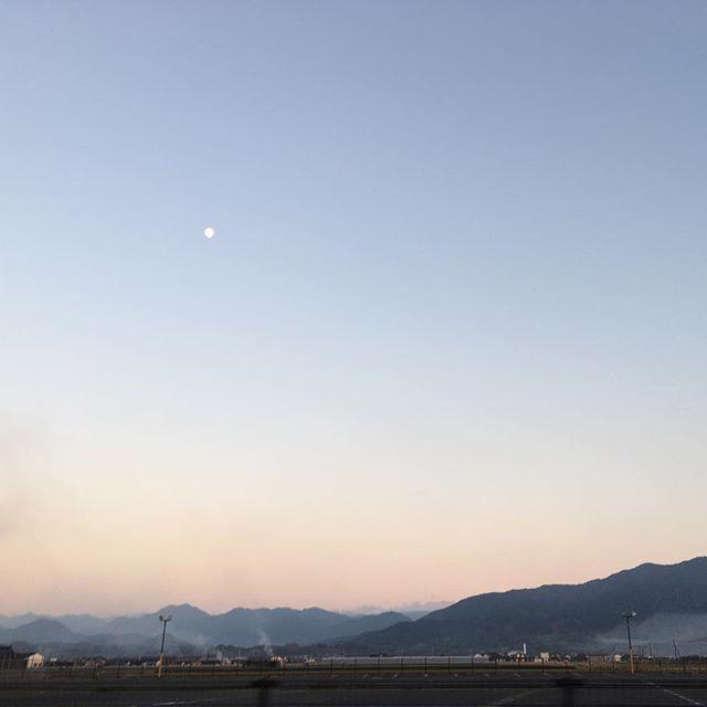 冬至の日の夕方の空。ぽちょんとお月さま。みなさんおつかれさま#イマソラ #mysky #sky #sunset #moon #winter #solstice