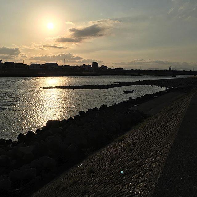 今日もちょっとあたたかい師走でした。出先の河原で。寒かった〜〜。#イマソラ #mysky #sky #sunset #sun #river #fine #warm #winter #december #2015