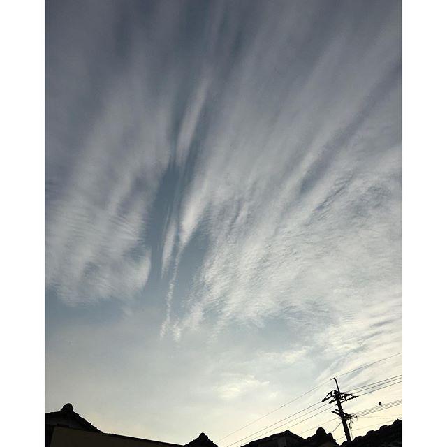 気温も落ち着いて、こちらではいつも通りの朝が始まりました。みなさん行ってらっしゃい🏻 #イマソラ #mysky #sky #morning #clouds #fine