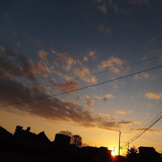 この時間になると眠くなります。散歩も風が冷たくて早く引き上げてきました。みなさんお疲れさまです。おやすみなさい。#イマソラ #mysky #sky #sunset #sun #fine #clouds #shadow