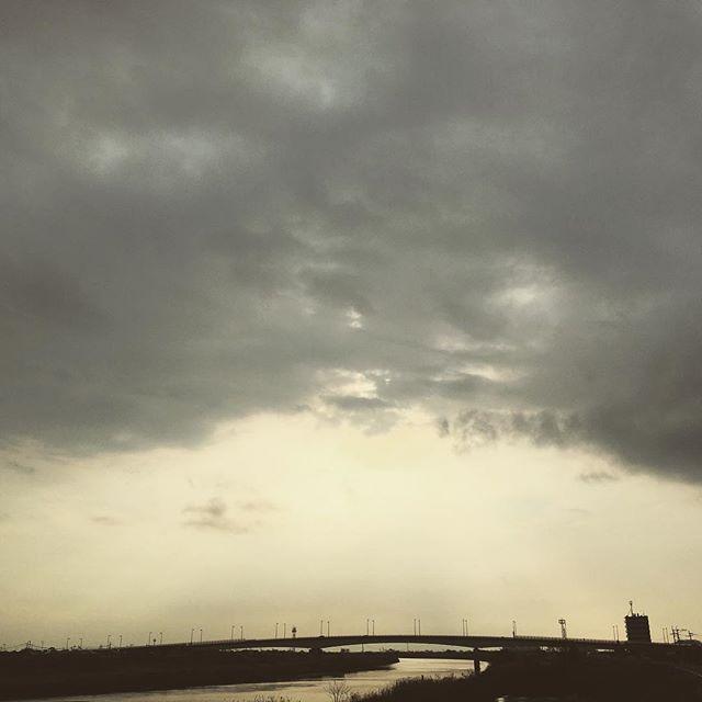 雨も降ったり、どんよりくもりだった今日だけど、夕方は晴れてきました。明日も元気で、ごきげんよう。#イマソラ #mysky #sky #cloudy #clouds #gray #sunset #river #sun