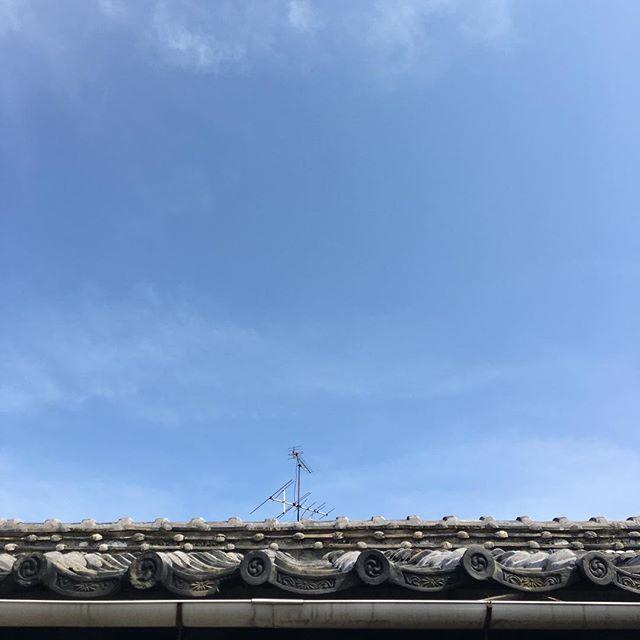 おはようございます。今日は下り坂の空模様。ウチの屋根の被災状況はこんな感じ。アンテナが曲がってるような?まだライフラインも大丈夫です。いつもありがとう #イマソラ #mysky #sky #blue #fine #japanese #roof #kumamoto #japan
