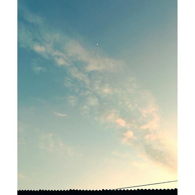 インスタのイメチェンにびっくり今日は忙しい1日。ゆっくりなんかしてはいられません。私に出来ることを着々とするのみです。それがきっと、誰かのもとに届くはず西の空のお月さまも、いつの間にか見ています。明日もよき日に。お疲れさまです。#イマソラ #mysky #sky #sunset #moon #clouds #fine #roof #kumamoto #japan #2016