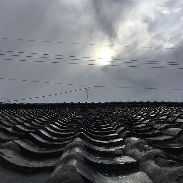 雪が降りそうな雨の朝、冷たい風が吹き荒れて瓦も乾いてきました。太陽も低い大寒の空です。#イマソラ #mysky #sky #cloud #cloudy #sun #japanese #roof #kawara #gray #cold #winter #january #2017