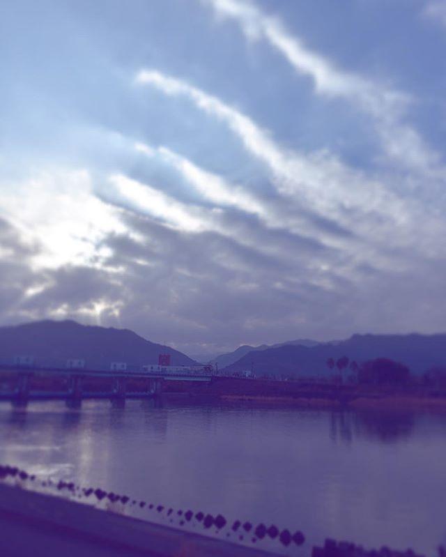 あけましておめでとう2018寝ぼうして開けた空だけど、美しい新年の朝でした。今年もたまにはよろしくお願いしますAll you need is LOVEをくの*ゆふみ#イマソラ #mysky #sky #fine #sunrise #cloud #river #bridge #winter #january #2018 #newyear
