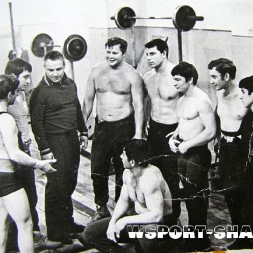 Чечено-ингушские тяжелоатлеты в 70-х годах с молодым тренером Ибрагимом Кодзоевым.