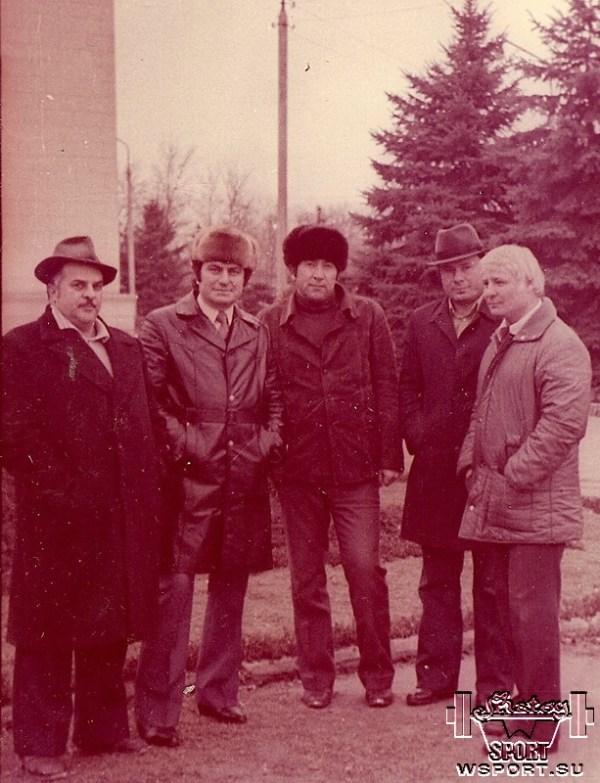 Слева Энвер Ведзижев, справа заслуженный тренер СССР по тяжелой атлетике Ибрагим Кодзоев, г.Грозный, 70-е годы.