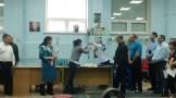 Алексанлр Петров вручает призы Амале Ганбаровой