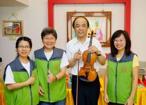 2014年4月26日、27日,在台灣雷藏寺所舉行的首屆「大專超生命活力成長營」,由真佛宗博士教授團授課,精彩成功。圖為麥韻簧教授與義工合影