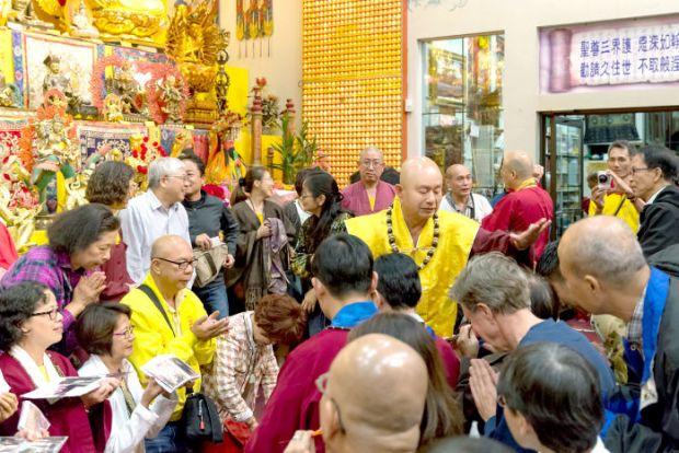 2014年9月27日,當代法王蓮生活佛盧勝彥主持美國西雅圖雷藏寺「準提佛母」同修會。圖為盧師尊慈悲加持。p1024-04-03