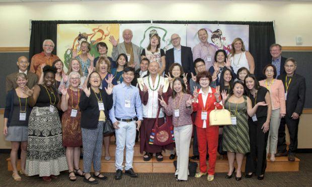 圖為師尊、師母與盧勝彥佈施基金會的董事們及慈善夥伴等合影p1074-07-01
