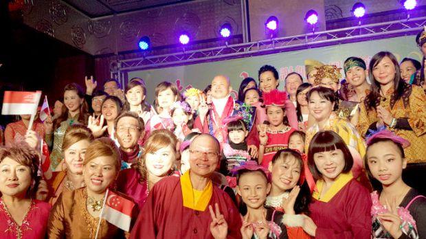 圖為師尊、師母與大幻化網金剛法會謝師宴表演同門合影p1100-14-05