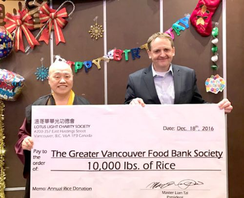 圖為蓮慈上師捐萬磅白米與食物銀行代表大溫哥華食物銀行執行長亞特‧舒曼赫斯先生合影p1141-10-02
