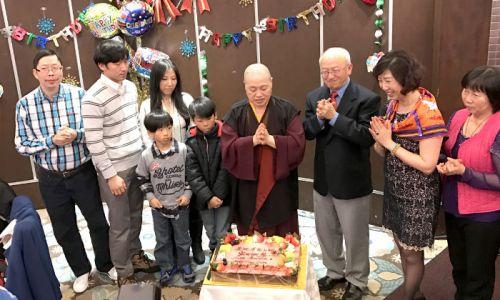 圖為蓮慈上師與貴賓唱聖誕歌切蛋糕p1141-10-11