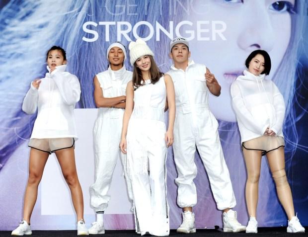 「Shiny」姚亦晴舉辦出道以來第一場專輯簽唱會,Shiny一登台就表演超嗨舞曲《If You Want Me》,氣勢驚人,她表示平時就很注意肺活量的鍛鍊,每週運動2、3次,每次至少2小時重訓加一小時有氧。p1151-a5-05