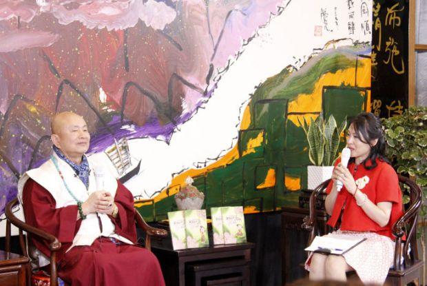 圖為蓮生法王接受邱琦君小姐專訪p1152-02-02