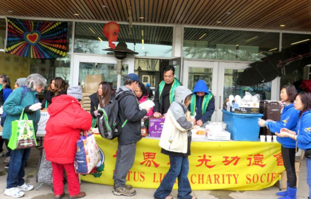 圖為遊民領取華光功德會派發的熱食p1152-14-02