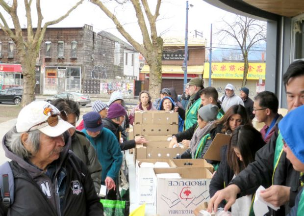 圖為溫哥華華光功德會義工派發熱食給遊民p1152-14-03