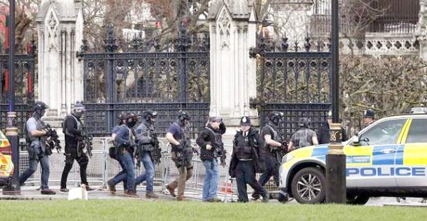 英國倫敦國會大廈外傳出巨大槍響 武裝警察趕抵現場戒備p1153-a4-07