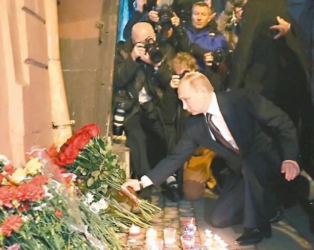 俄羅斯總統普亭三日到聖彼得堡「技術學院」地鐵站獻花悼念恐攻罹難者。p1155-a1-02aWeb only