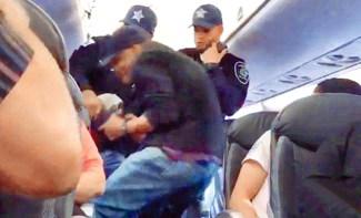 華裔醫師陶成德不願下機,被聯航召來航警粗暴地強行拖走。同機乘客將航警施暴濺血過程拍下上傳社群網站。p1156-a4-02