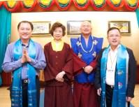 圖左起貴賓大馬拿督李海安師兄、師母蓮香上師、蓮生活佛盧勝彥、貴賓文煥董事長。