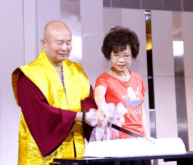 圖為師尊、師母共切壽糕 p1160-01-07