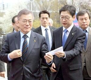 崔英載(左二)在選舉期間擔任文在寅(左一)隨身護衛,因為長相英俊而爆紅。 p1162-a4-02
