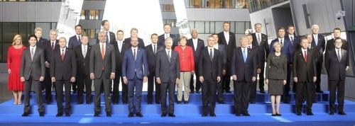 川普在布魯塞爾會見歐盟領袖並出席北約高峰會合影。 p1163-a4-01b
