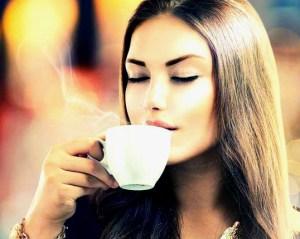 喝咖啡讓你口氣難聞? 許多人一天要喝上幾杯咖啡,但咖啡由於富含咖啡因,所以會引起口乾舌燥,讓口腔中的唾液不足,進而為細菌和真菌提供了有利的繁殖條件,最後讓你口氣難聞。p1163-a6-06Web Only