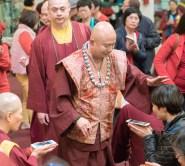 圖為師尊慈悲加持善信佛子