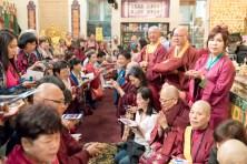 圖為善信佛子排隊求加持