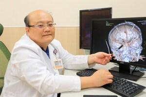 婦人腦動脈血管瘤「爆炸」 亞洲大學附屬醫院腦中風中心主任楊道杰提醒,一旦出現頭痛、頸部僵硬、發燒不退等現象,應合理懷疑是腦動脈瘤破裂的前兆。 p1164-a6-06Web Only