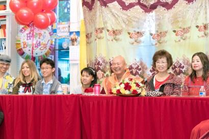 圖為師尊、師母與家人觀賞慶生晚會表演。
