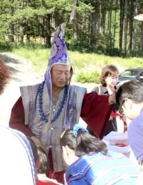 2017年6月25日下午,美國西雅圖彩虹雷藏寺恭請當代法王根本上師蓮生活佛盧勝彥主壇「喜金剛護摩大法會」,四眾佛子善信嘉賓熱烈護持。圖為師尊摩頂加持弟子。