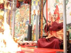 2017年7月2日下午,美國西雅圖彩虹雷藏寺恭請蓮生法王盧勝彥主壇「愛染明王護摩大法會」,貴賓雲集。圖為師尊演化手印。