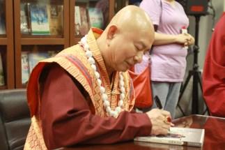 2017年7月1日晚間,美國西雅圖雷藏寺恭請蓮生法王盧勝彥主持週六會同修,同修本尊是西方極樂世界教主阿彌陀如來,善信護持。圖為師尊為善信書簽書賜福