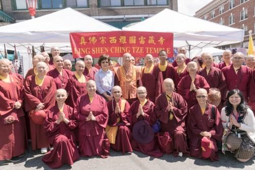 盧師尊、師母與眾弟子在西雅圖雷藏寺攤位前合影 p1170-02-01Web Only