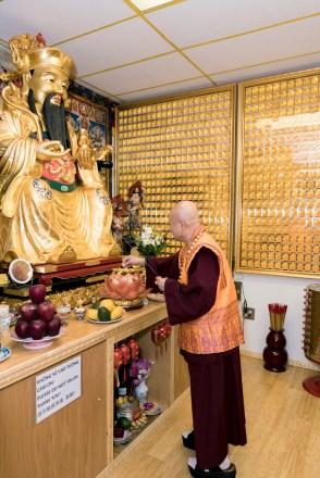 圖為師尊在「真佛文物」財神殿上香。