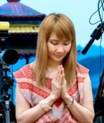 圖為貴賓中天電視台「給你點上心燈」節目製作人徐雅琪師姐向師尊問安。