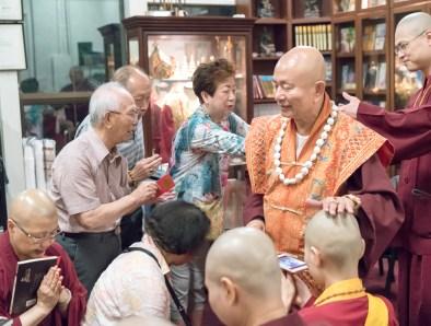 圖為師尊加持佛子。