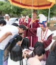 圖為師尊摩頂加持佛子。