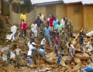 村民與搜救人員想辦法搬開石塊尋求生還者