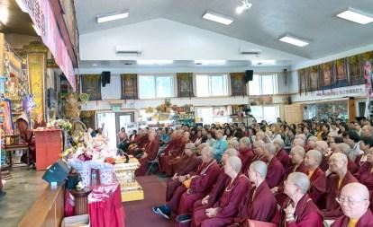 圖為善信佛子聆聽師佛開示。