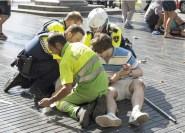 民眾及救護人員協力救助傷者